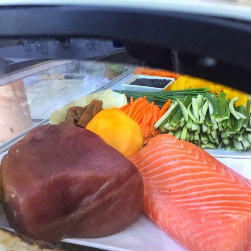 ירקות חתוכים לצד נתח סלמון וטונה אדומה
